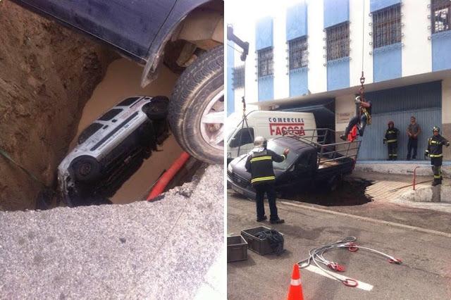 Bomberos de Las Palmas de Gran canaria rescatan a un conductor que cayó a un socavón por hundimiento de calle