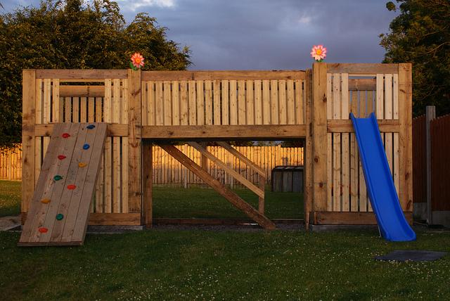 Playground construído de paletes de madeira