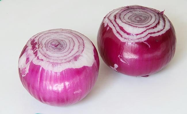 Запеченный лук с каперсами