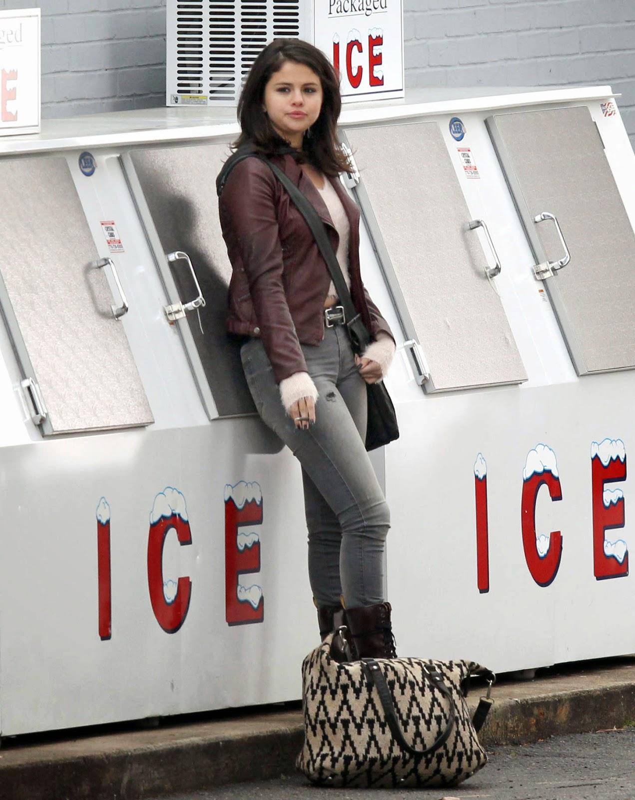 Selena Gomez spotted smoking in Atlanta