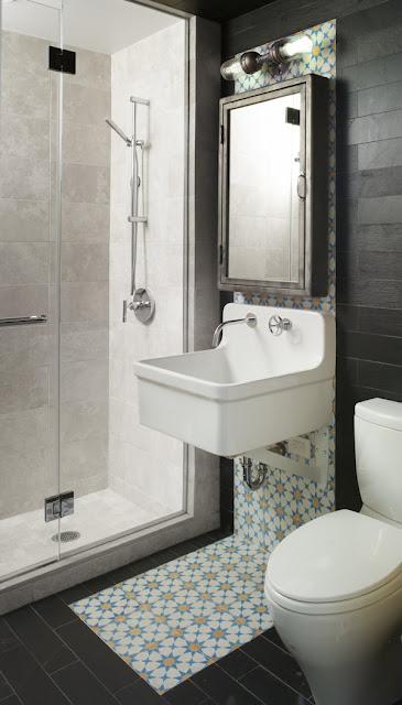 Оригинальная ванная комната с классической раковиной и мебелью