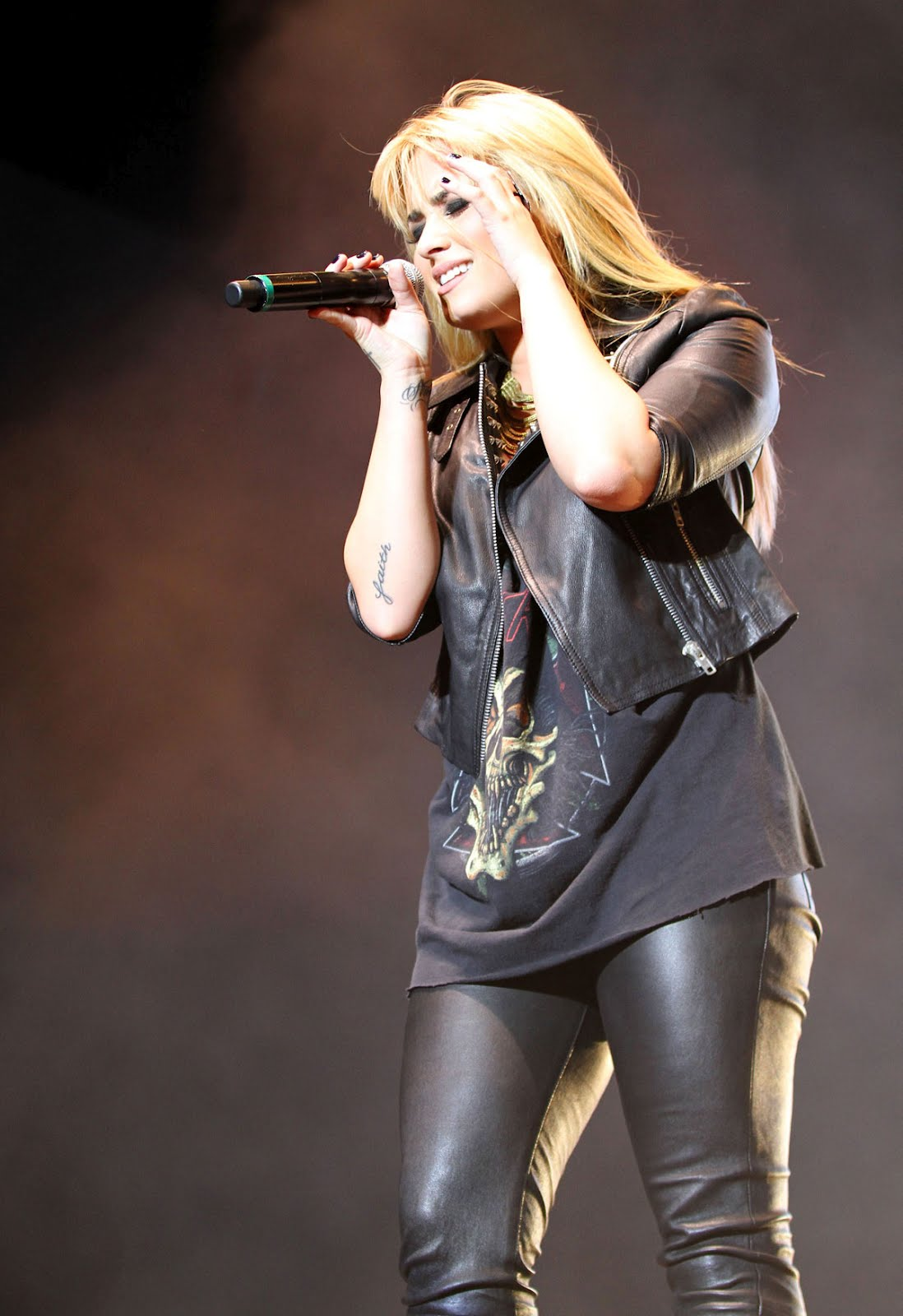 http://4.bp.blogspot.com/-cvT2RXPxmX8/UG2efB8A9_I/AAAAAAAADU4/TjDGhZ7s6-k/s1600/DEMI-LOVATO-in-Leather-Pants-Performing-at-2012-Z-Festival-in-Sao-Paulo-6.jpg