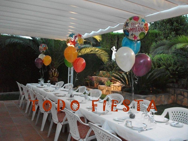 decoracin de restaurante con centros de globos para sorprender a la persona que cumple aos
