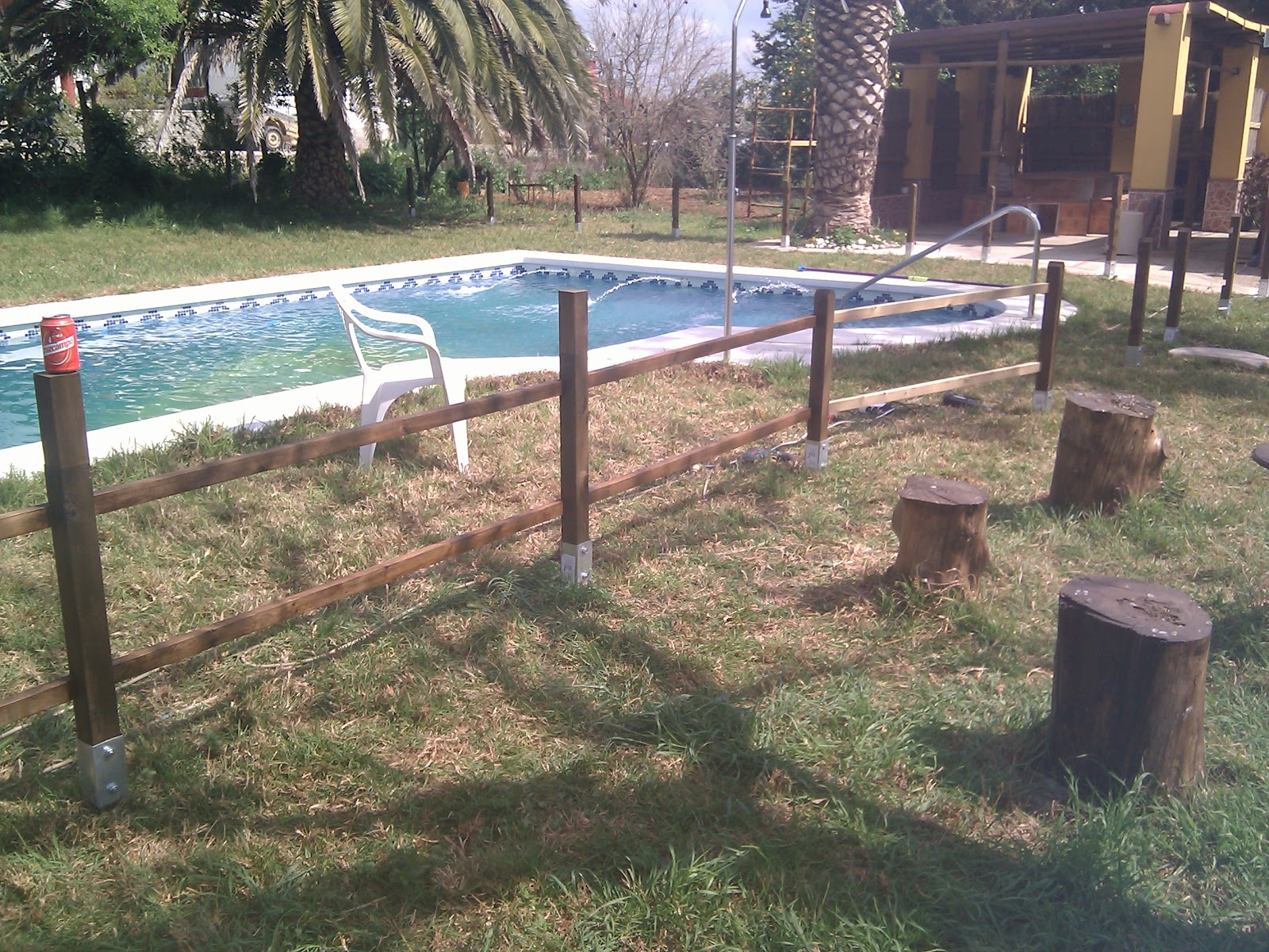 Rusticolaje valla de madera para piscina paso 3 colocaci n de la valla - Vallas de madera para piscinas ...