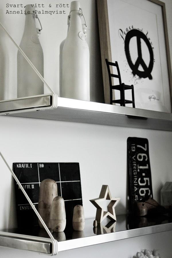 kotavla, susan cedgård, trären stjärna, ryska dockor, trärena ryska dockor, hylla i köket, detaljer, details, vitt, svart, inspiration, peacetecken på konsttryck, artprint, tavla, tavlor, tavlor säljes, prints, svartvita prints, träskor, gjutjärn stol, svarta, vita,