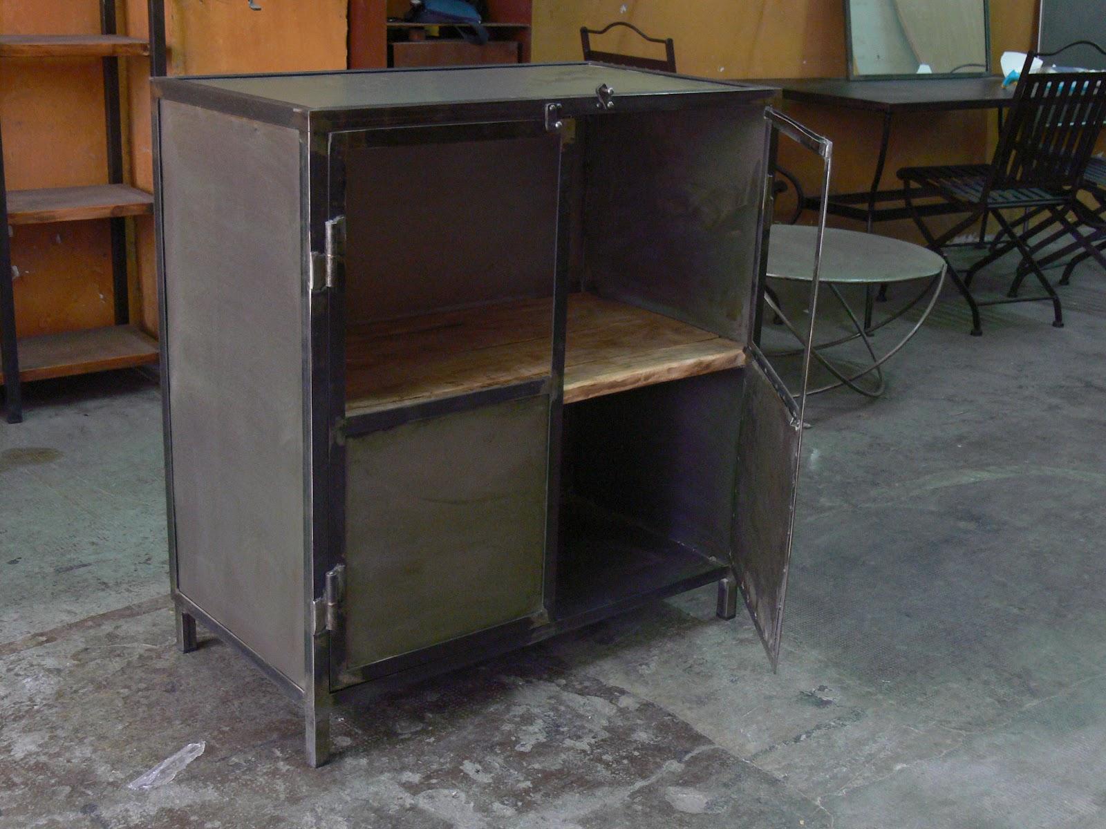 en metal de estilo industrial en hierro y madera envejecida , Muebles