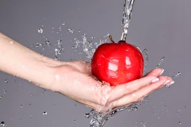 Lavaggio mela con acqua