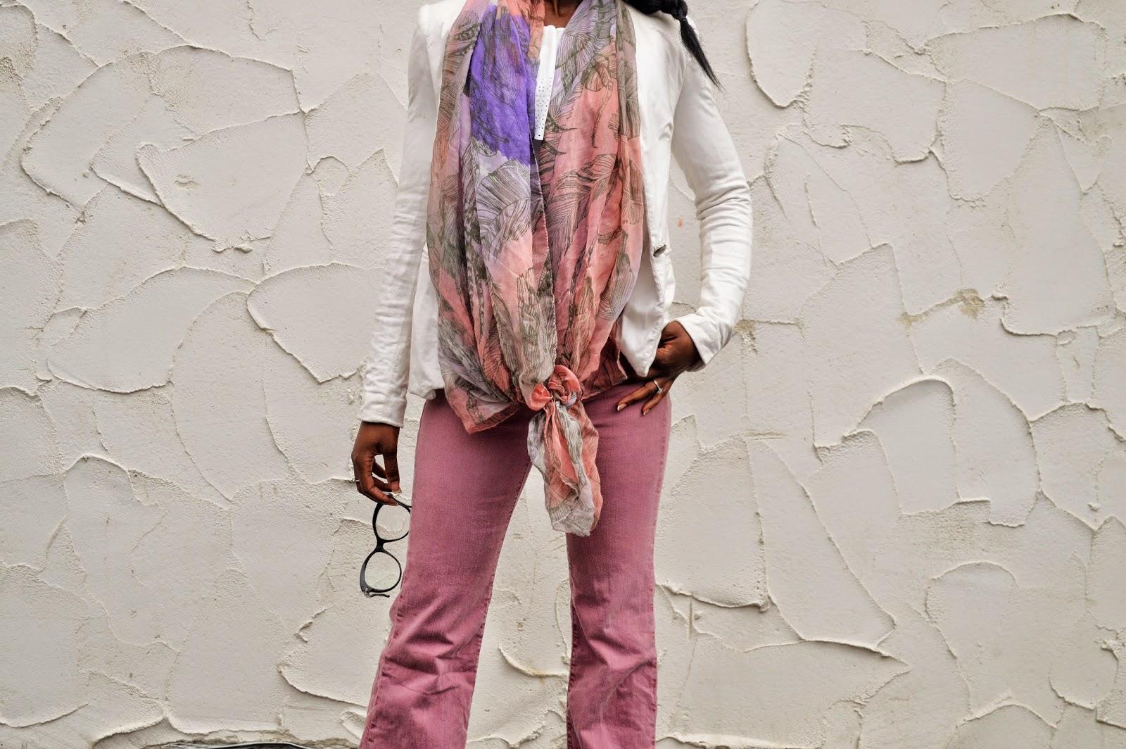 jean flare pastel, blazer blanc, crop top blanc à dentelle, foulard pastel