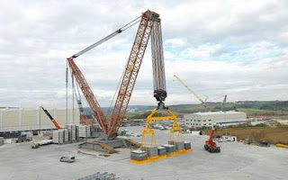 LR13000 world largest hoisting crane, able to move independently. Carrying capacity tons, lift up cargo height