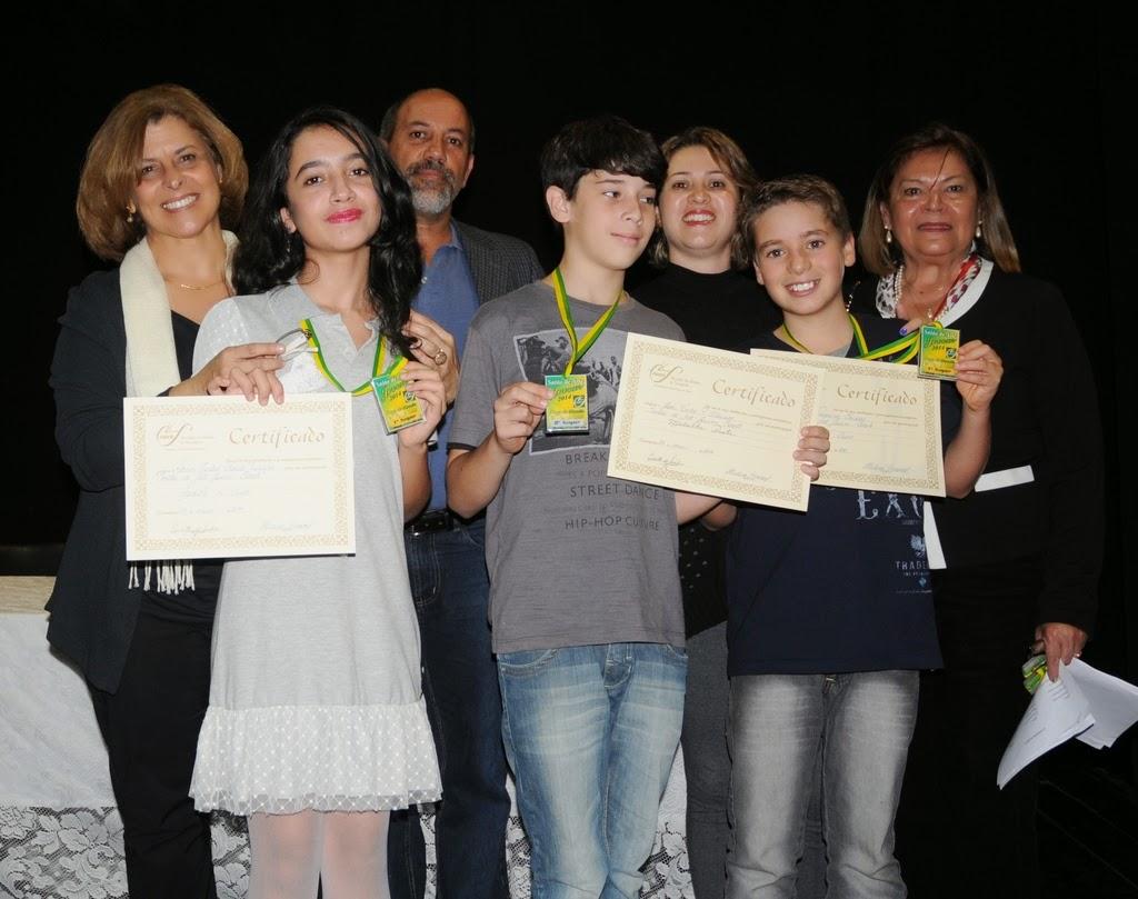 Secretário de Cultura, Arnaldo Almeida, e a presidente da Soarte, Edith Sidi, entregam premiação aos vencedores do Salão de Arte Jovem