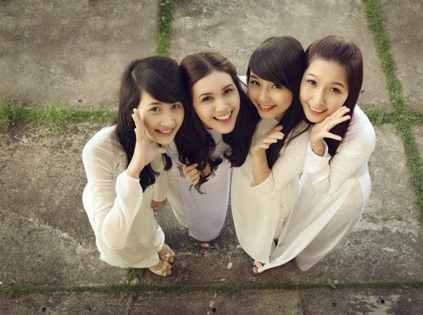 Vietnamese girls look charming in Ao Dai