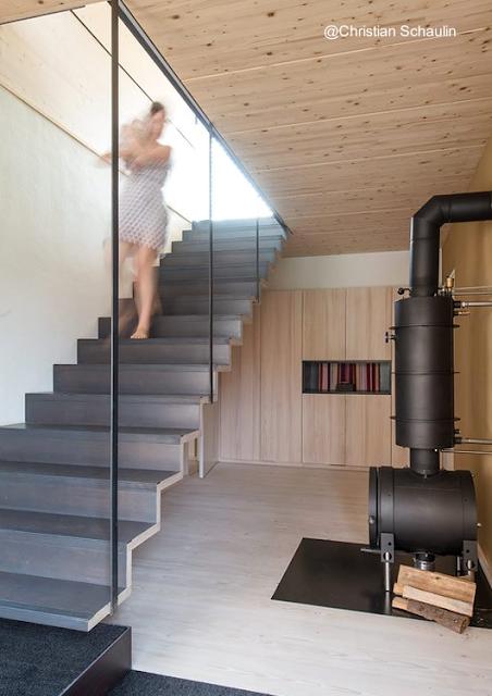 Escalera interior y calefactor de leños
