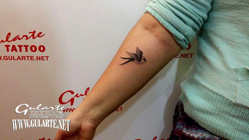 Una golondrina Old School, tatuaje en común para dos grandes amigos.