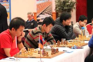 La Chine bat l'Arménie grâce aux deux victoires de Bu Xiangzhi et Ding Liren ce qui donne à l'équipe asiatique d'échecs le point du match sur le score de 2.5 à 1.5