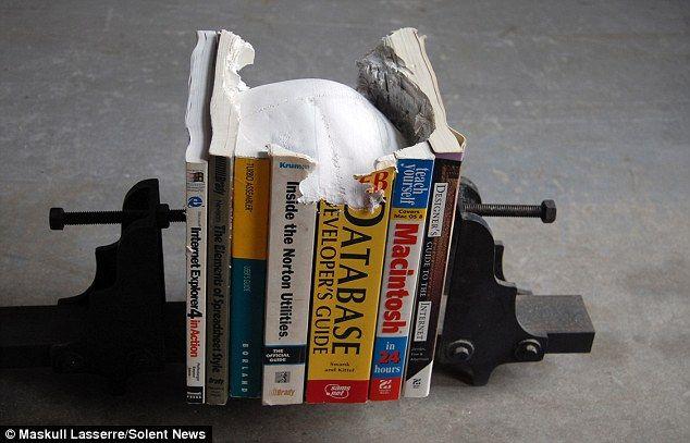 Keren! Seniman Ini Memahat Tengkorak Di Buku! [ www.BlogApaAja.com ]