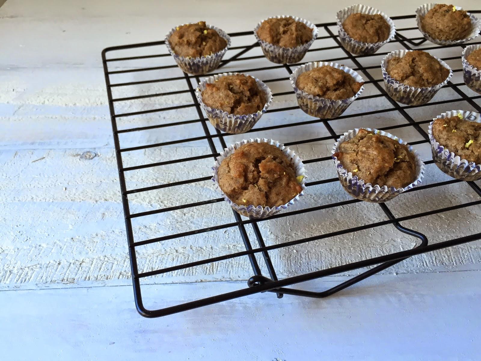 Mini muffins de limón y Güela Manuela enfriando en una rejilla.