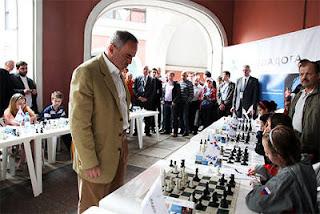 Echecs à Moscou : L'ex-champion du monde Garry Kasparov en visite à Moscou a donné une simultanée contre des jeunes joueurs - Photo © Chessbase