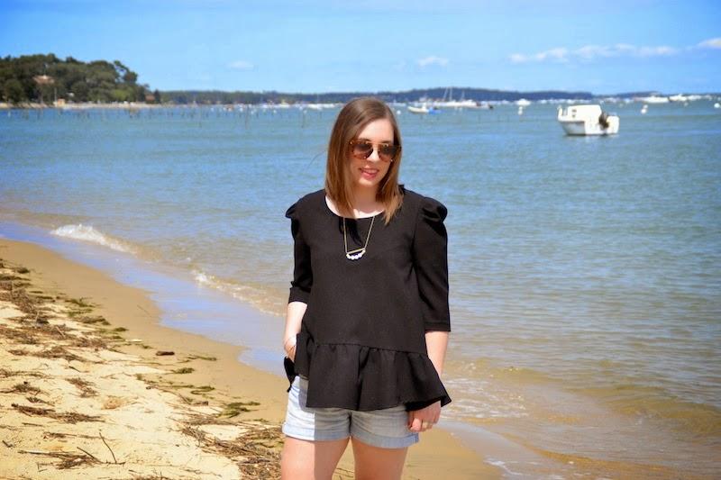 blouse peplum noire pretty wire, short en jean, collier Bôme et l'usine à lunette