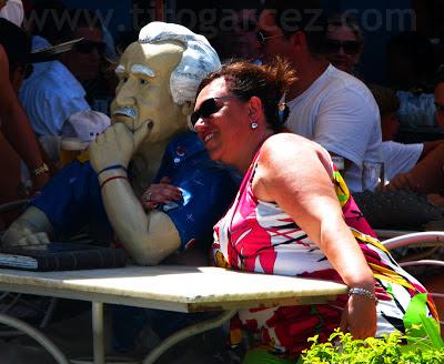 Turista ao lado da estátua de Jorge Amado no Bar Vesúvio, em Ilhéus - Bahia