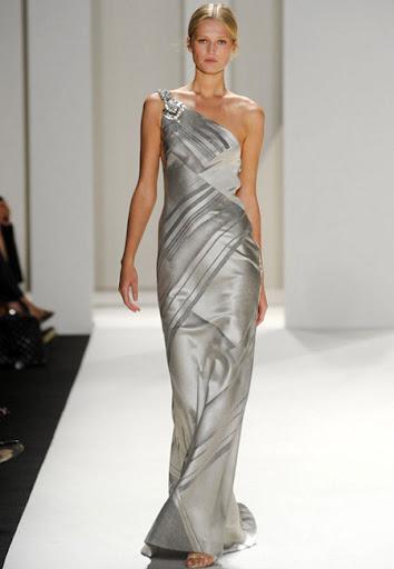 Сребриста рокля с шлейф на Carolina Herrera