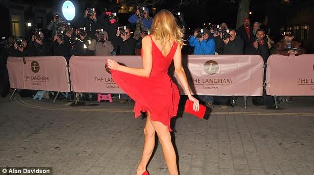 Kimberley Garner ne uimeste cu o rochie roșie