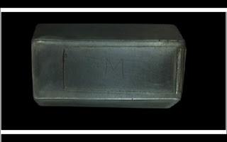 Descoberto o conteúdo de caixa de prata lacrada há 400 anos. Cientistas desvendaram parte de um mistério intrigante nos Estados Unidos. Eles descobriram o que havia dentro de uma pequena caixa de prata lacrada há quatrocentos anos. A caixinha havia sido encontrada com as ossadas de alguns dos primeiros colonizadores americanos.