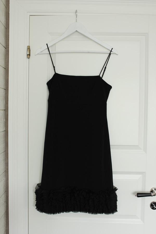 svart klänning, vit dörr