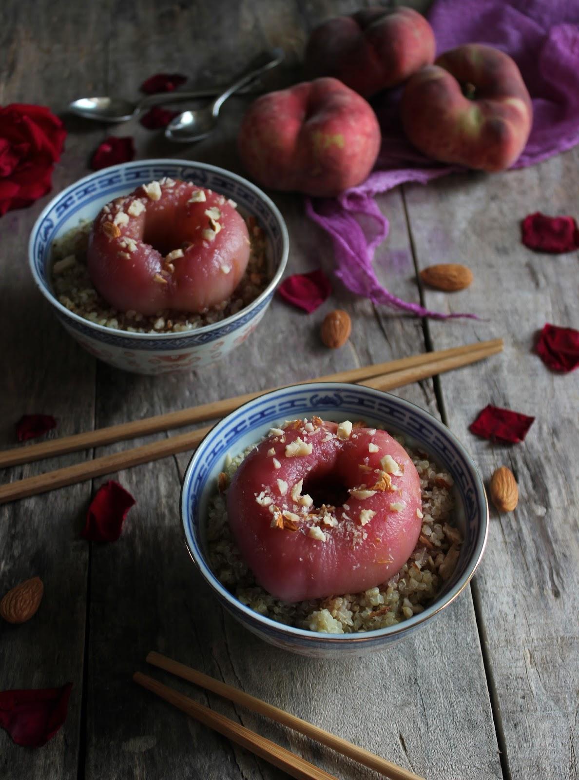 Plosnate breskve poširane u ružinoj vodici s quinoom