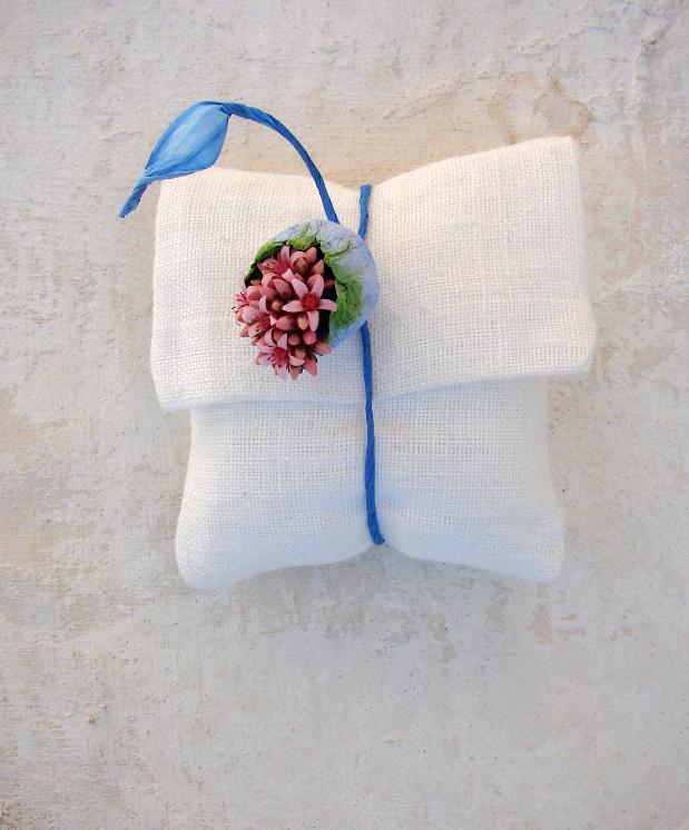 Matrimonio creativo: sacchetto segnaposto con fiore di carta dipinto a mano blu verde e rosa