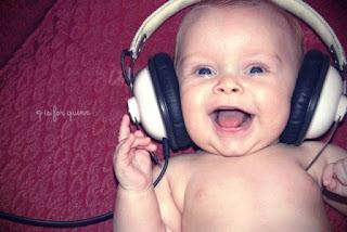 Foto gambar bayi lucu mendengarkan musik 16