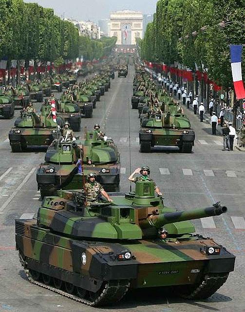 Desfile na avenida Champs Elysées no centro de Paris.