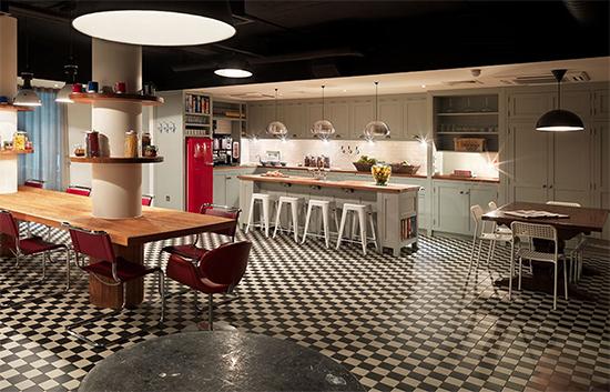 cozinha americana, cozinha vintage, cozinha ampla, cozinha integrada, balcao na cozinha, hoxton, geladeira antiga, kitchen, kitchen island, ilha na cozinha