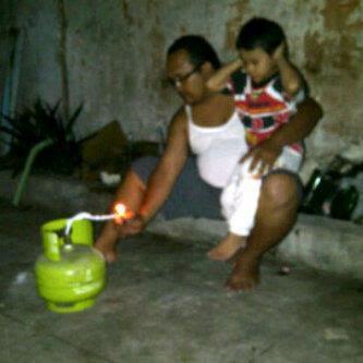 orang bakar tabung LPG - http://munsypedia.blogspot.com/