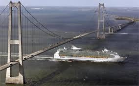 Kapal Pesiar Nyaris Nabrak Jembatan