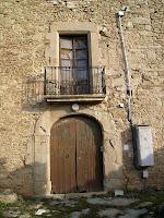 Detall del portal i el balcó de la façana principal del Vilar