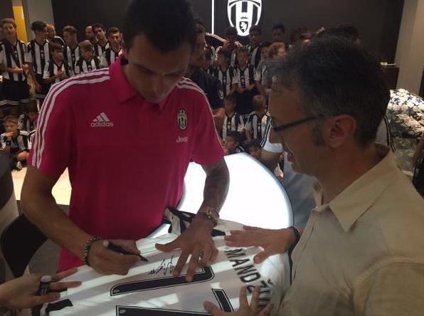Mandzukic Jumpa Fans dan berikan tanda tangan Jeresey - Juventus