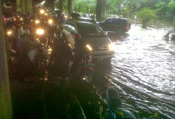 Hujan Sebentar Kacaukan Jalanan Jakarta