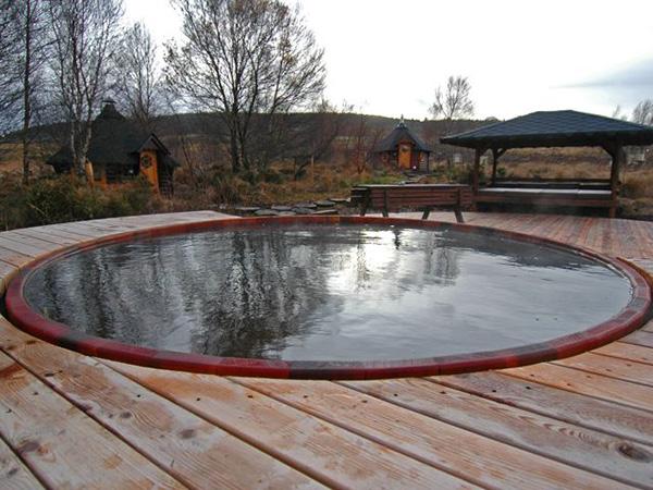 Modernas ba eras de hidromasaje para exteriores bonitadecoraci for Concrete stock tank swimming pool