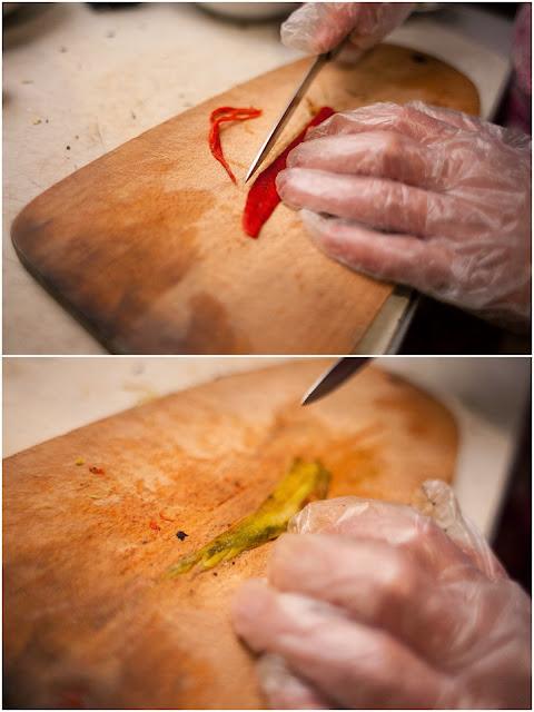 нарезаем перец чили тонкими полосками