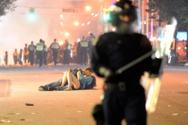 The Story Behind 8 Famous Photographs - Rich Lam - The riot kiss, 2011