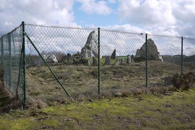 mégalithes Saint-Just:Le château-Bû est grillagé par souci de protection