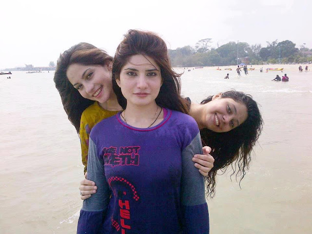 Cute Neelum Munir With Her Sisters On Beach