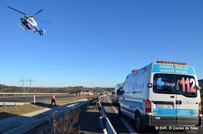 Un helicóptero evacúa a un herido del lugar del accidente