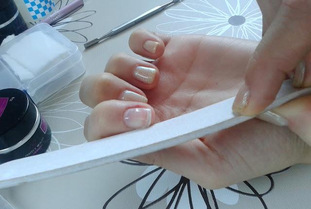 Jak naprawić złamanego paznokcia?