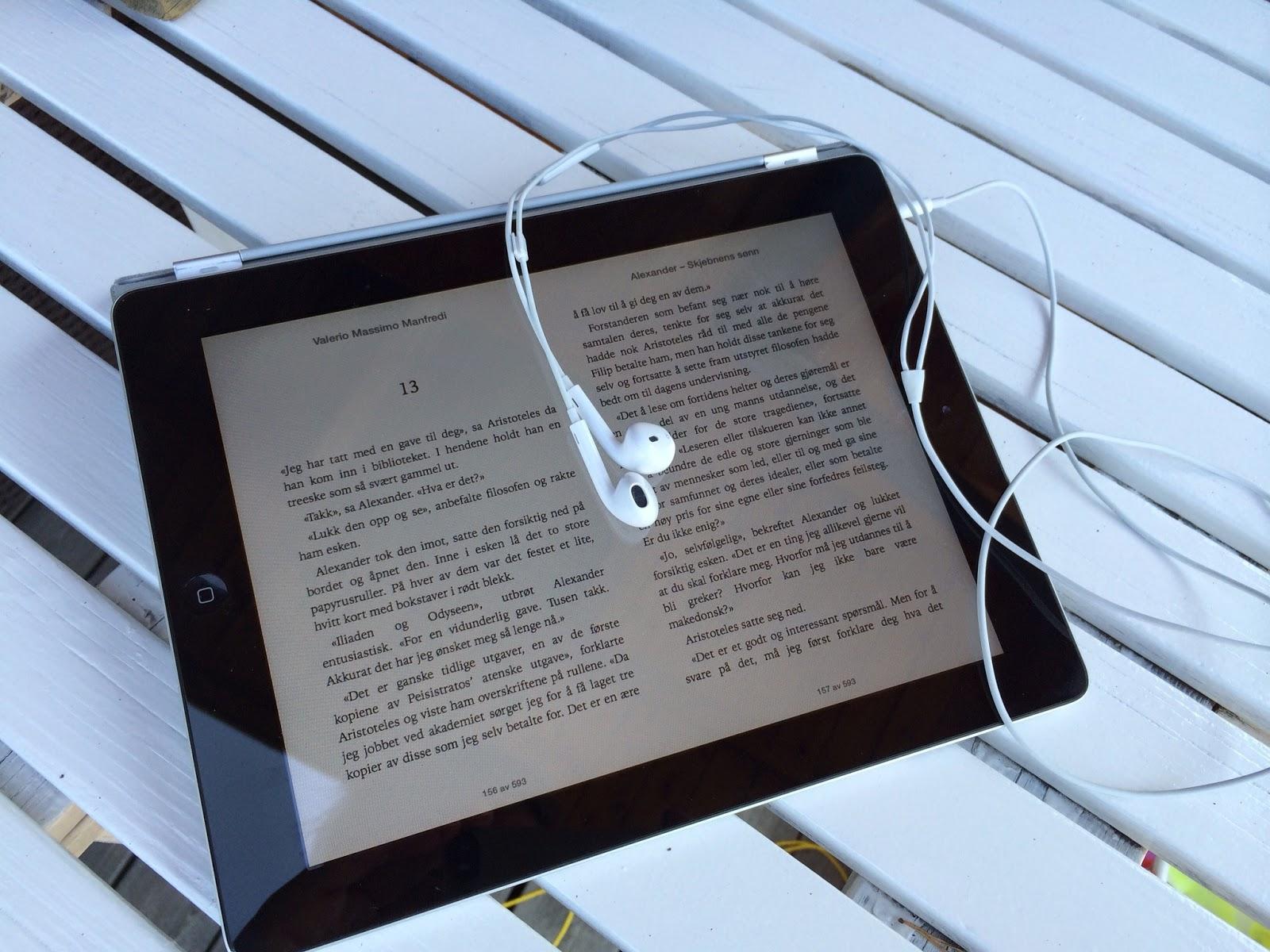 Bilde av en iPad med iBook og øreplugger