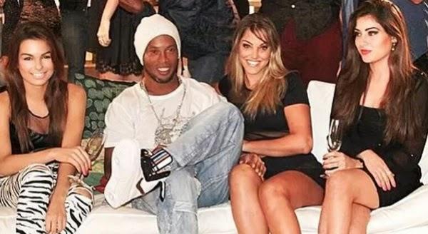 Ronaldinho con 3 bellas mujeres en Rio