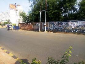 आगरा में VIP मार्ग की दीवारों  की हालत बहुत दयानीय