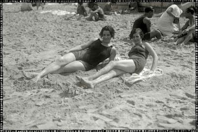 foto antigua de dos mujeres en playa de san sebastian