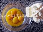 Prajitura cu prune si nuca preparare reteta - punem untul peste galbenusuri