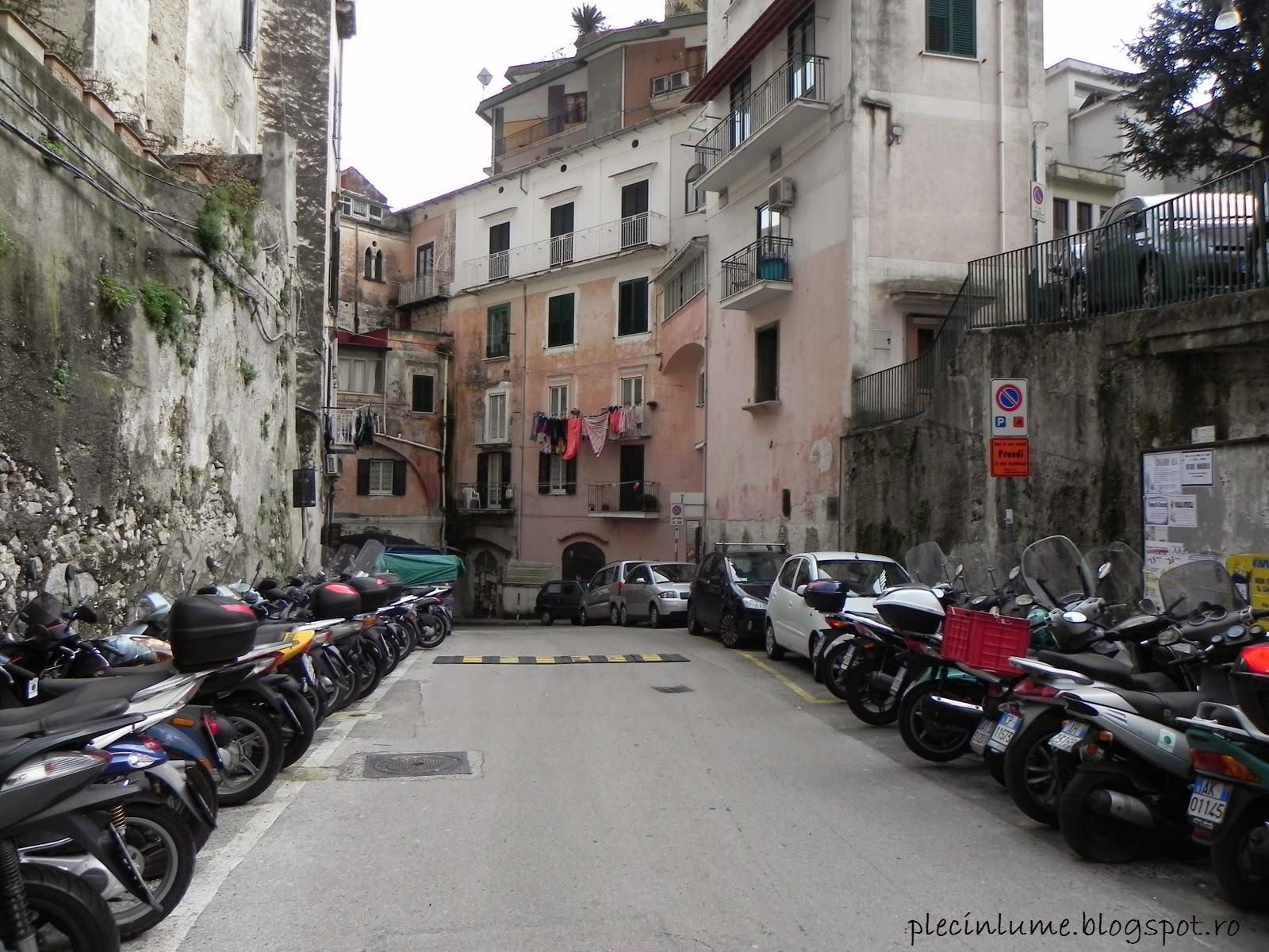 Scutere parcate in Amalfi